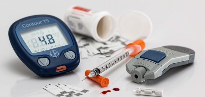 Blutzuckermessung und Insulinspritze