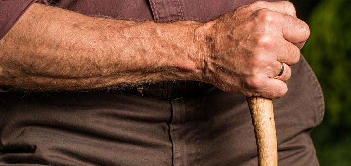 Alter Mann mit Gehstock
