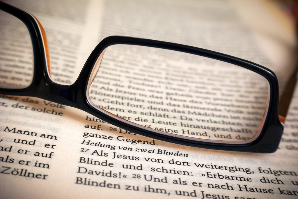 Eine Brille kann bei der Korrektur von Alterssichtigkeit helfen. Foto: Pixabay.de