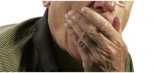 Hand vor dem Mund